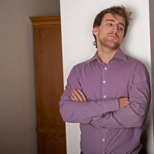 Павел è l'host.