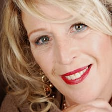 Evelyn è l'host.