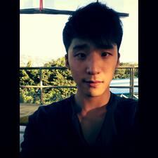 Jae Woo je domaćin.