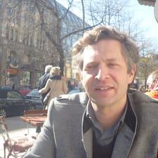 Frédéric — хозяин.