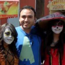 Carlos es el anfitrión.