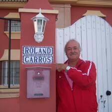 Manuel是房东。