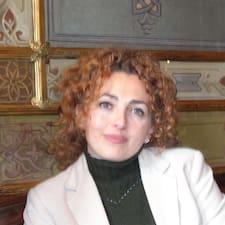 Loredana is the host.