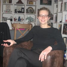 Claire es el anfitrión.