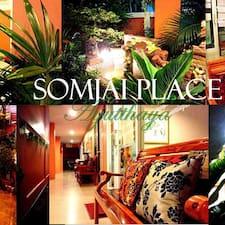Somjai是房东。