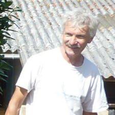 Dominique Et Peter je domaćin.
