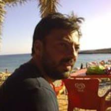 António est l'hôte.