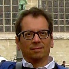 Maurizio è l'host.
