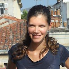 Stéphanie is the host.