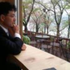 Sung Yong est l'hôte.