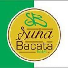 Suna Bacata je domaćin.