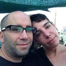 Amparo And Sebastián je domaćin.