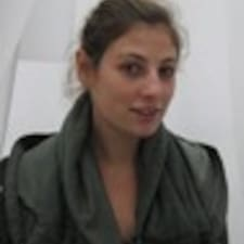 Léonie is the host.