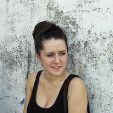Mélanie is the host.