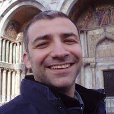 Massimiliano è l'host.