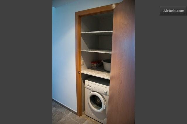 Armario para lavadora y escoba en cuarto de ba o pictures for Armario para lavadora