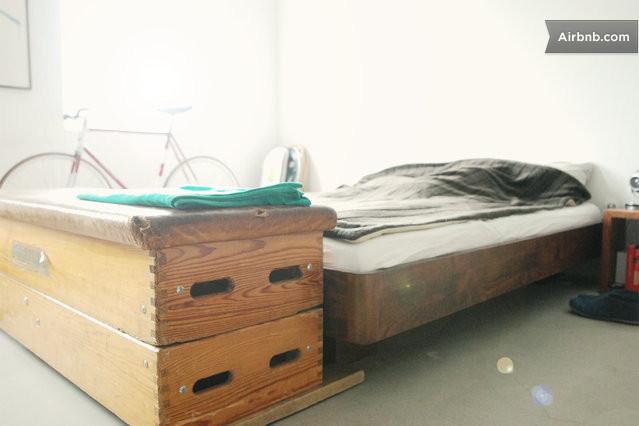 helles zimmer im loft am wasser in hamburg. Black Bedroom Furniture Sets. Home Design Ideas