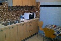 Koυζίνα με ηλεκτρικές συσκευές και ολοκαίνουρια αχρησιμοποίητα ντουλάπια