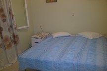 ανακαινισμένο υπνοδωμάτιο με δύο (2) μονά κρεβάτια ή ένα διπλό και κουρτίνες
