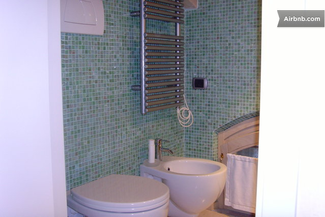 Old cottage in the heart of tuscany in cortona - Bagno mosaico bisazza ...