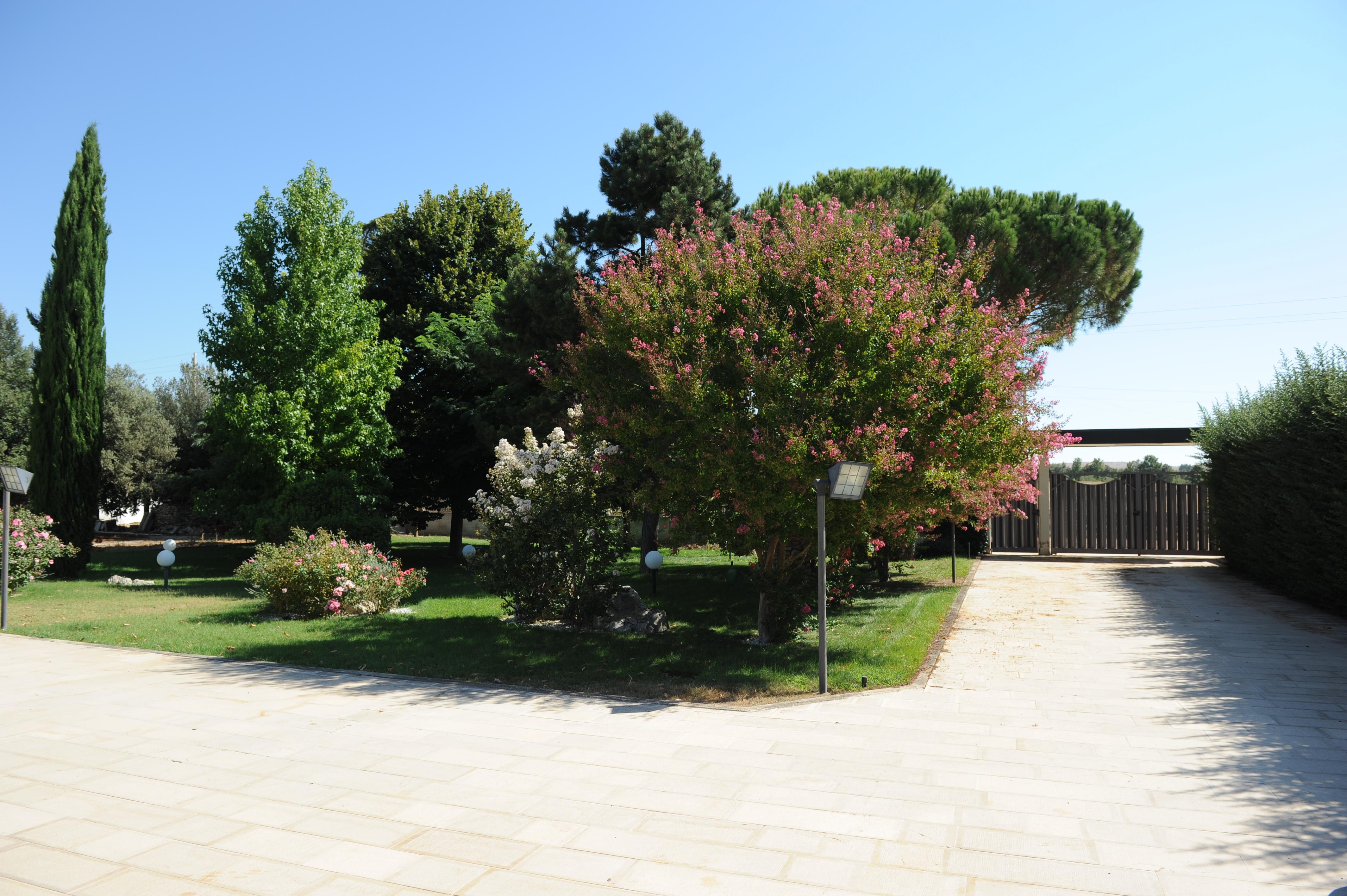Come Recintare Un Giardino villa eden ad altamura, con piscina e giardino - villas for
