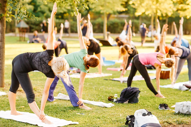 Open air yoga sesión in the park. - Airbnb