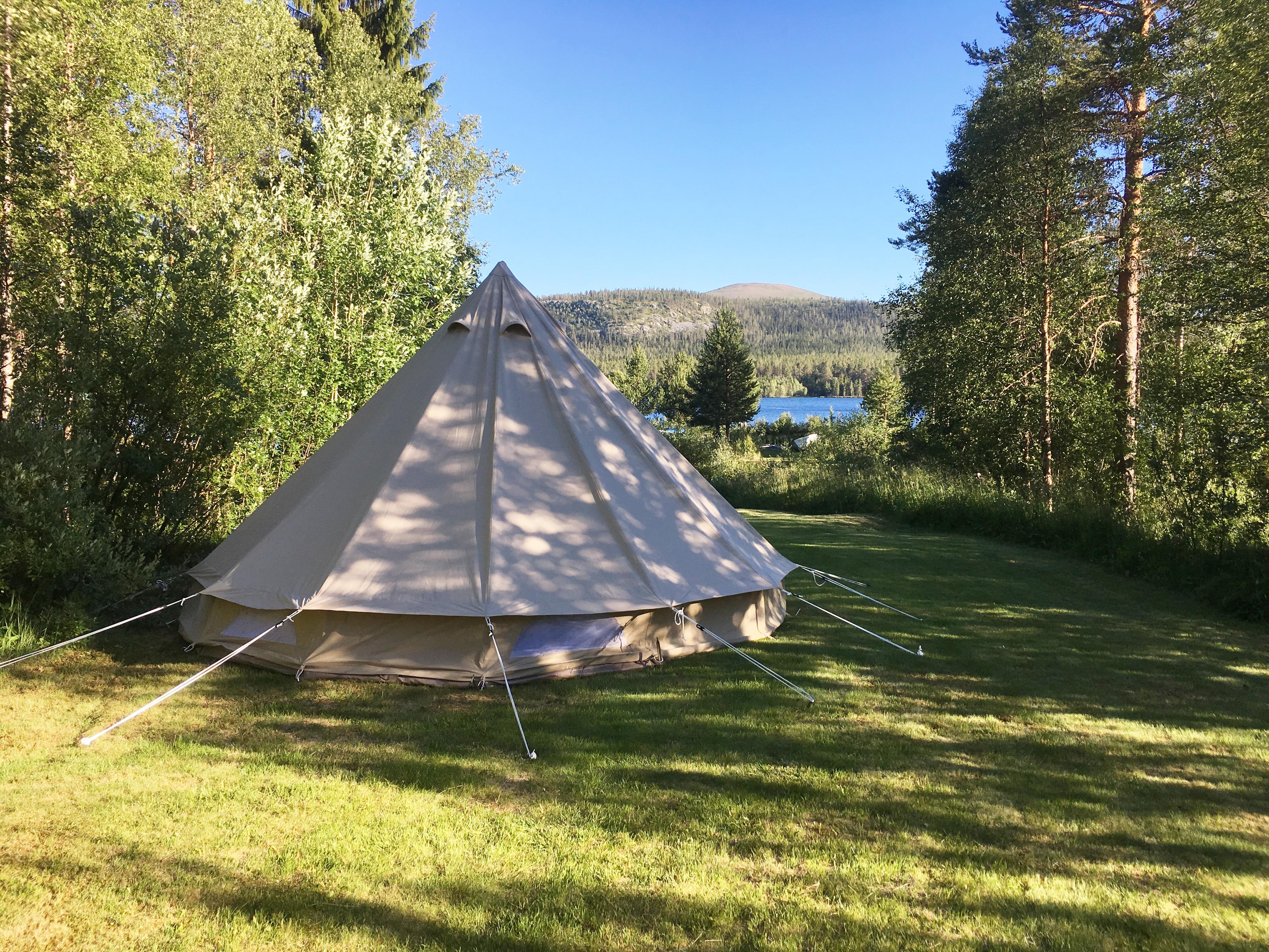 Tält vid vattnet och fjäll. Tillgång till lägenhet Tält