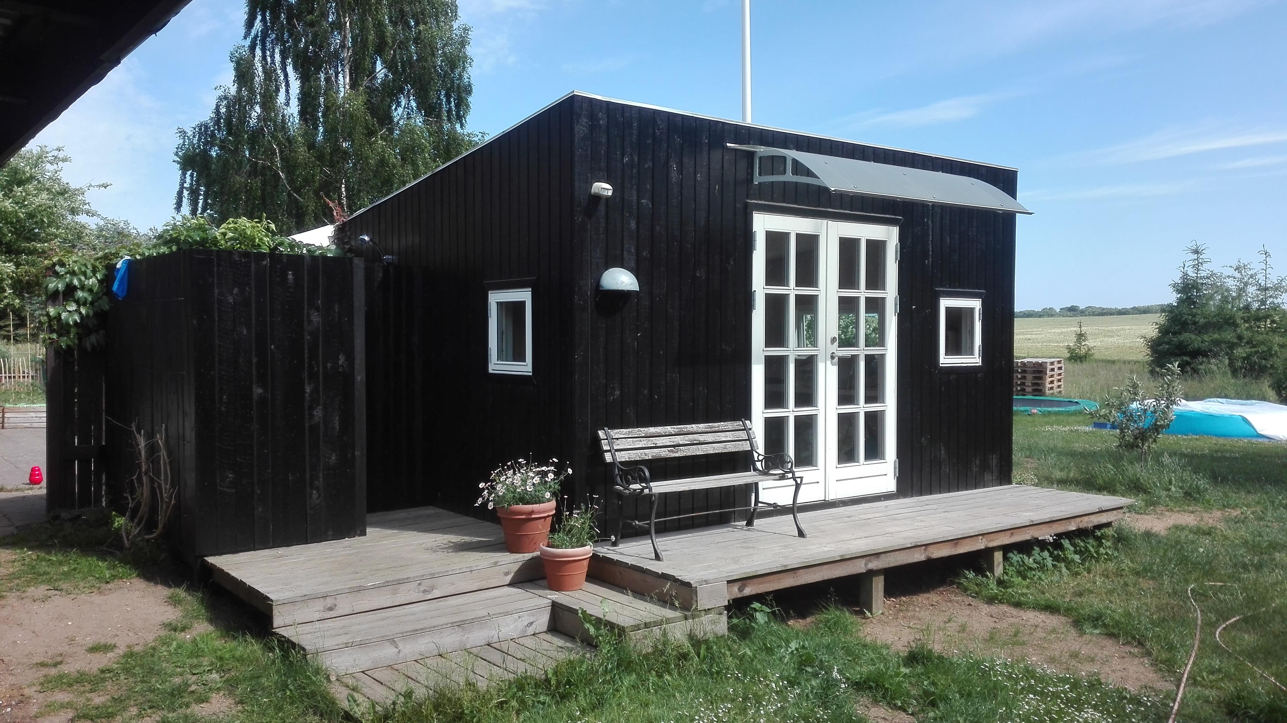 Picture of: Utraditionel Landlig Idyl Med To Huse Og Udebad Casas De Huespedes En Alquiler En Malling Dinamarca